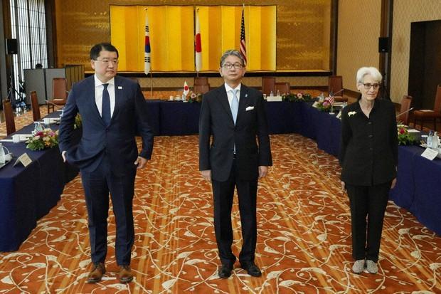 Từ trái qua: Thứ trưởng Ngoại giao thứ nhất Hàn Quốc, Thứ trưởng Ngoại giao Nhật Bản và người đồng cấp Mỹ chụp ảnh trước hội đàm ngày 21/7 ở Tokyo. (Nguồn: AP)