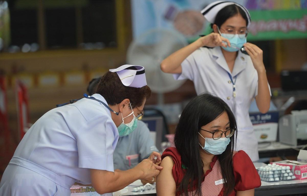 Nhân viên y tế tiêm vaccine phòng COVID-19 cho người dân tại Bangkok, Thái Lan. (Ảnh: THX/TTXVN)