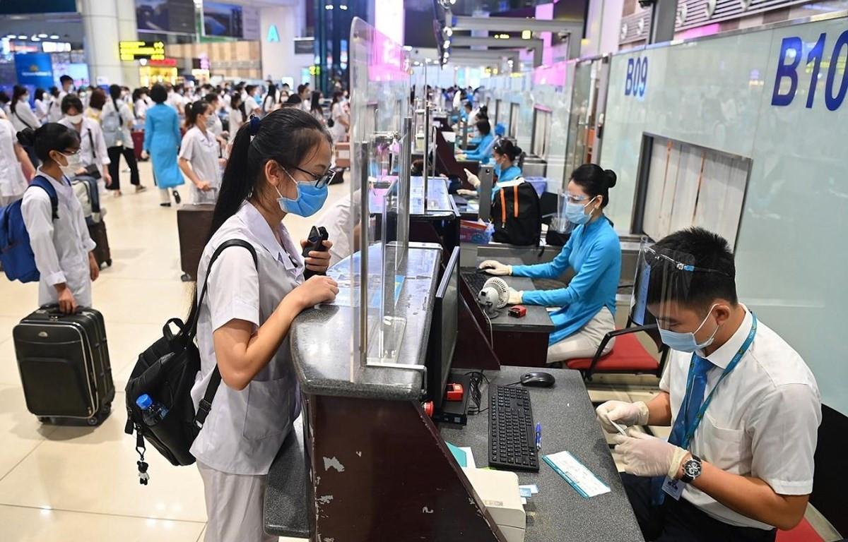 Lực lượng y tế di chuyển bằng máy bay vào Thành phố Hồ Chí Minh chống dịch COVID-19. (Ảnh: CTV/Vietnam+)