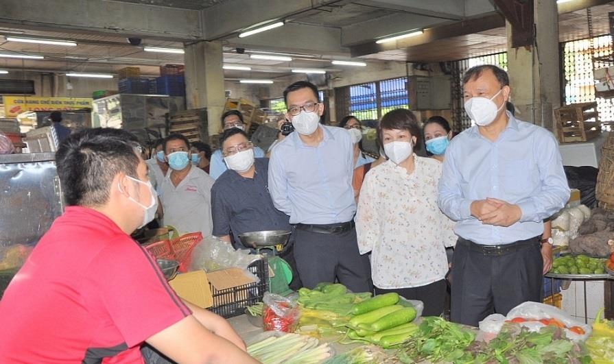 Thứ trưởng Bộ Công Thương kiểm tra đột xuất chợ truyền thống ở TP.HCM - 1