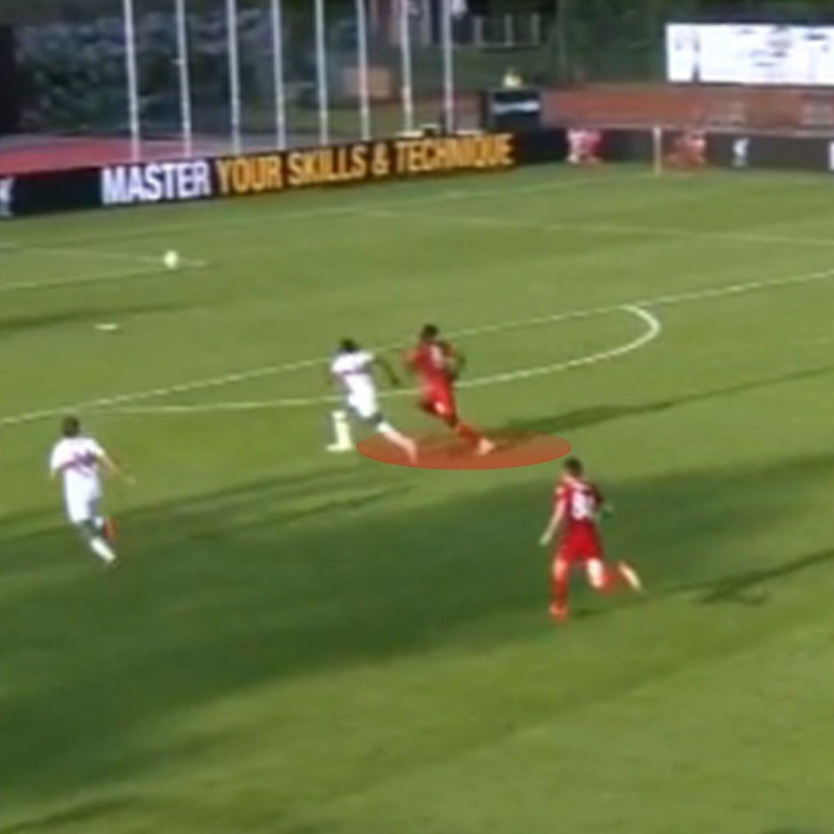 Tân binh của Liverpool tạo ra đoạn clip lan truyền trên mạng xã hội khi bứt tốc ngăn cản tiền đạo Stuttgart thoát xuống đối mặt thủ môn.