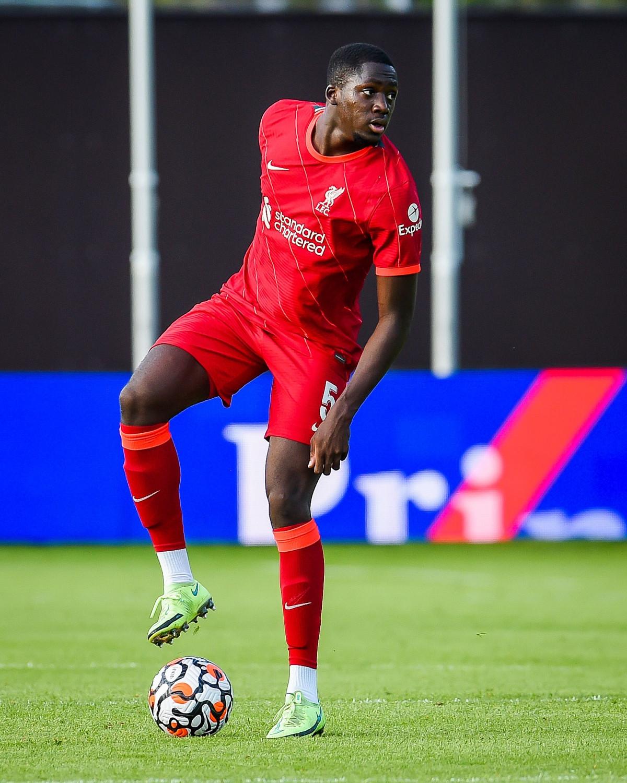 Nhưng khi đã bắt nhịp với trận đấu, Ibrahima Konate khiến người hâm mộ Liverpool ấn tượng với thể hình và phong cách thi đấu mạnh mẽ.