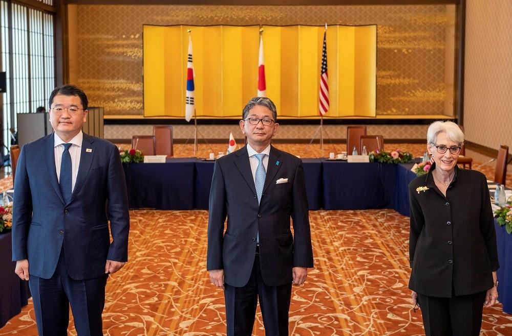 (07.21) Từ trái sang phải: Thứ trưởng Ngoại giao Hàn Quốc Choi Jong-kun, Thứ trưởng Ngoại giao Nhật Bản Mori Takeo và Thứ trưởng Ngoại giao Mỹ Wendy R. Sherman trong cuộc gặp ngày 21/7. (Nguồn: Reuters)