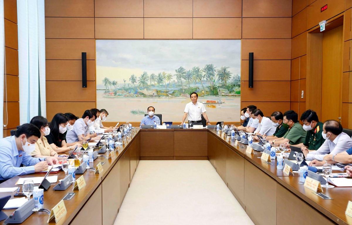 Đoàn đại biểu Quốc hội các tỉnh Hà Tĩnh, Tuyên Quang và Hải Phòng thảo luận ở tổ. (Ảnh: Doãn Tấn/ TTXVN)