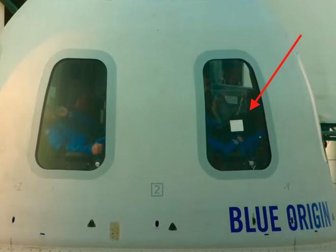 Vật thể màu trắng xuất hiện trên cửa sổ tàu vũ trụ của Blue Origin là gì? - Ảnh 1.