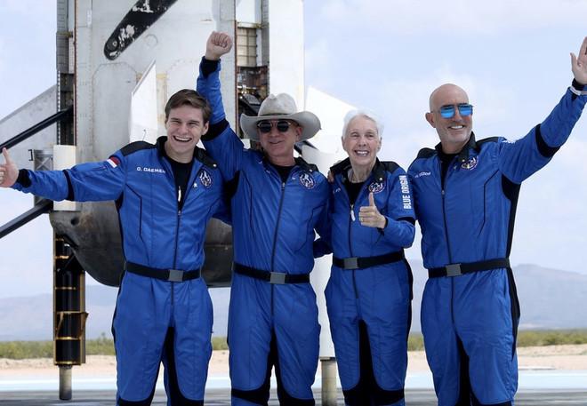 Jeff Bezos đã đi đến rìa của không gian, như vậy ông có phải là phi hành gia không? - Ảnh 1.