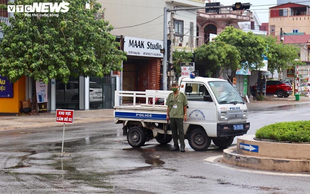 Ảnh: Đồng Hới phong tỏa nơi ở của tài xế taxi,  xét nghiệm COVID-19 chợ đầu mối - 3
