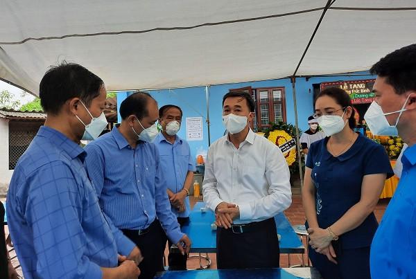 Thứ trưởng Bộ Y tế Trần văn Thuấn chia sẻ sự mất mát với gia đình.