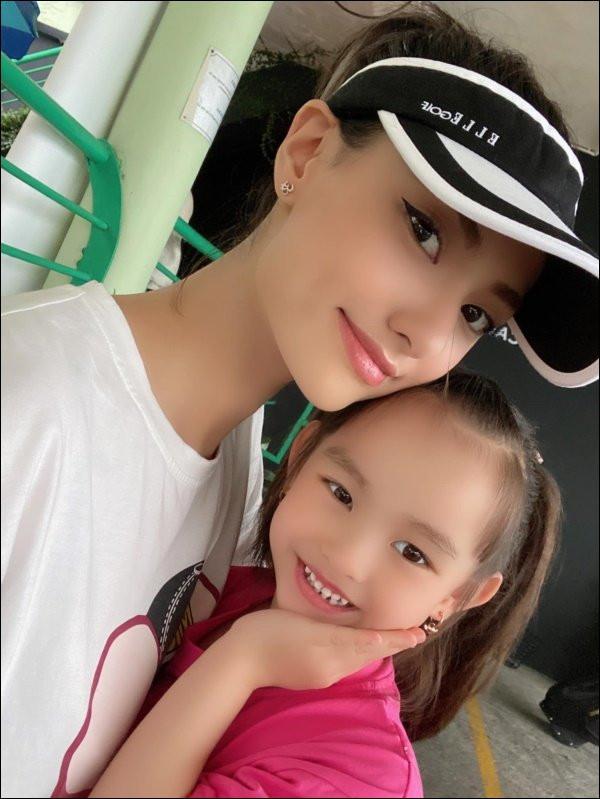 Con gái 5 tuổi của Hồng Quế quyết định cho phép mẹ đi lấy chồng, nghe lý doai cũng buồn cười vì ứng biến của cô bé-5