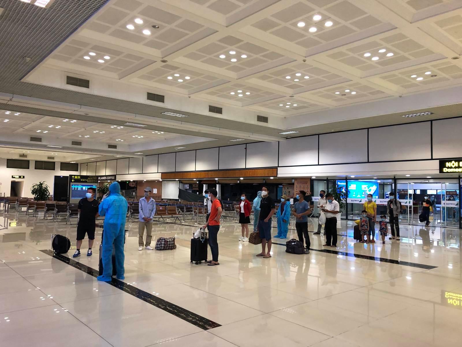 Hình ảnh gần 300 hành khách từ TP.HCM về Nội Bài được đưa đi cách ly