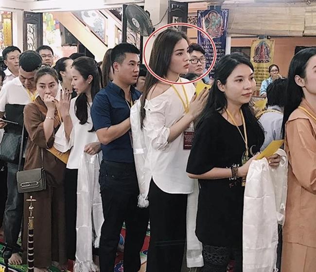 Loạt sao Việt bị chỉ trích vì tạo dáng phản cảm chốn linh thiêng-11