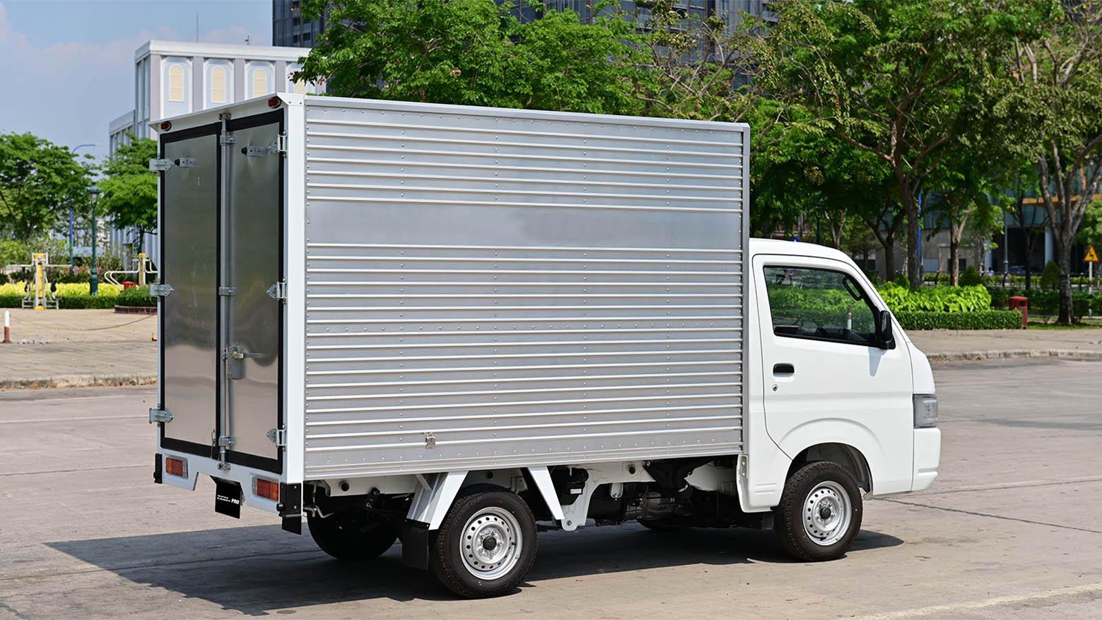Thùng xe rộng rãi với khả năng chịu tải lên đến gần 1 tấn, ngoài ra sàn thùng Carry Pro được làm từ thép tấm mạ kẽm chống ăn mòn và gỉ sét.