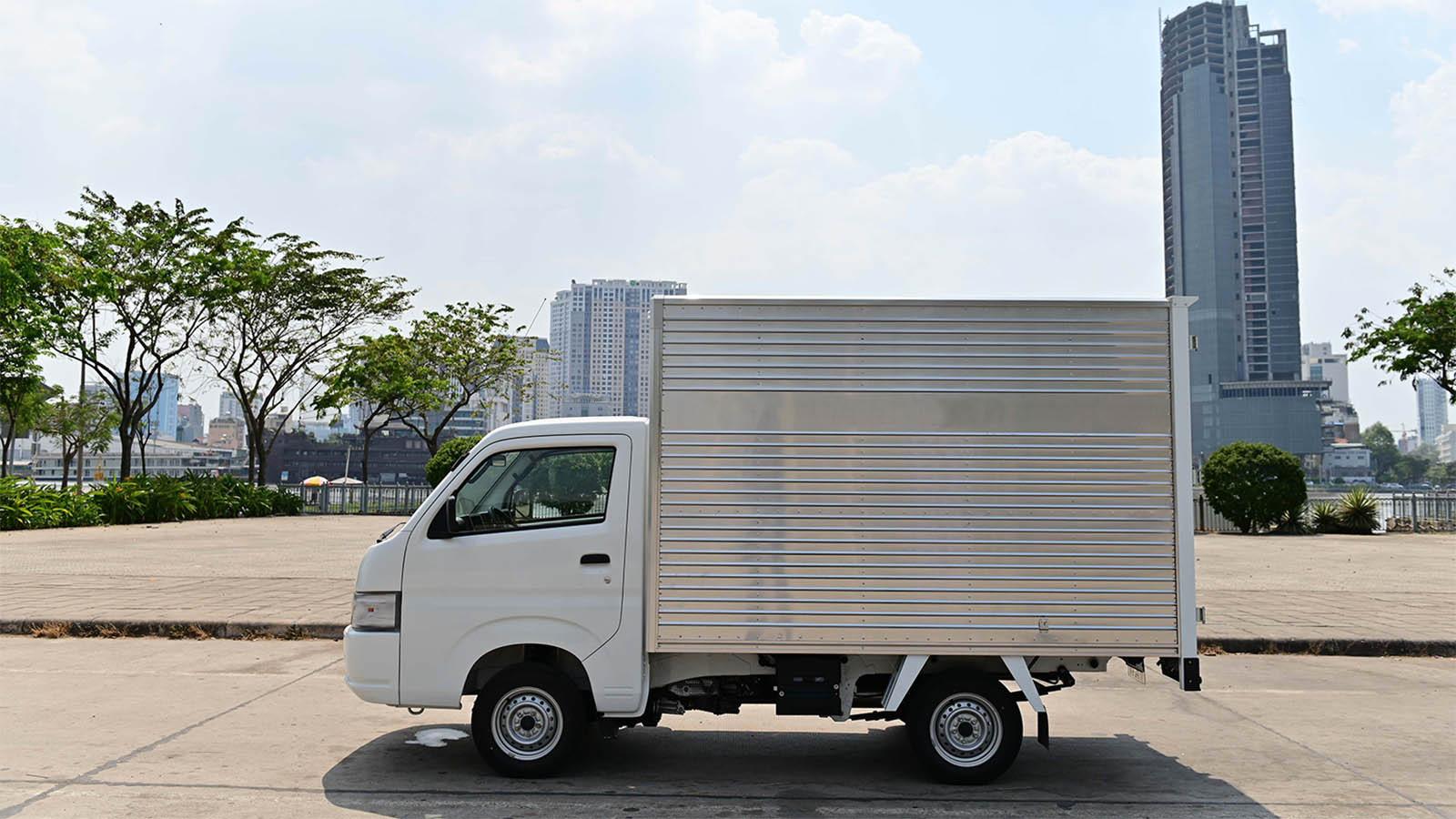 Bán kính vòng quay 4,4m giúp Suzuki Carry Pro linh hoạt di chuyển trong những con phố nhỏ ở nội đô như một chiếc xe con.