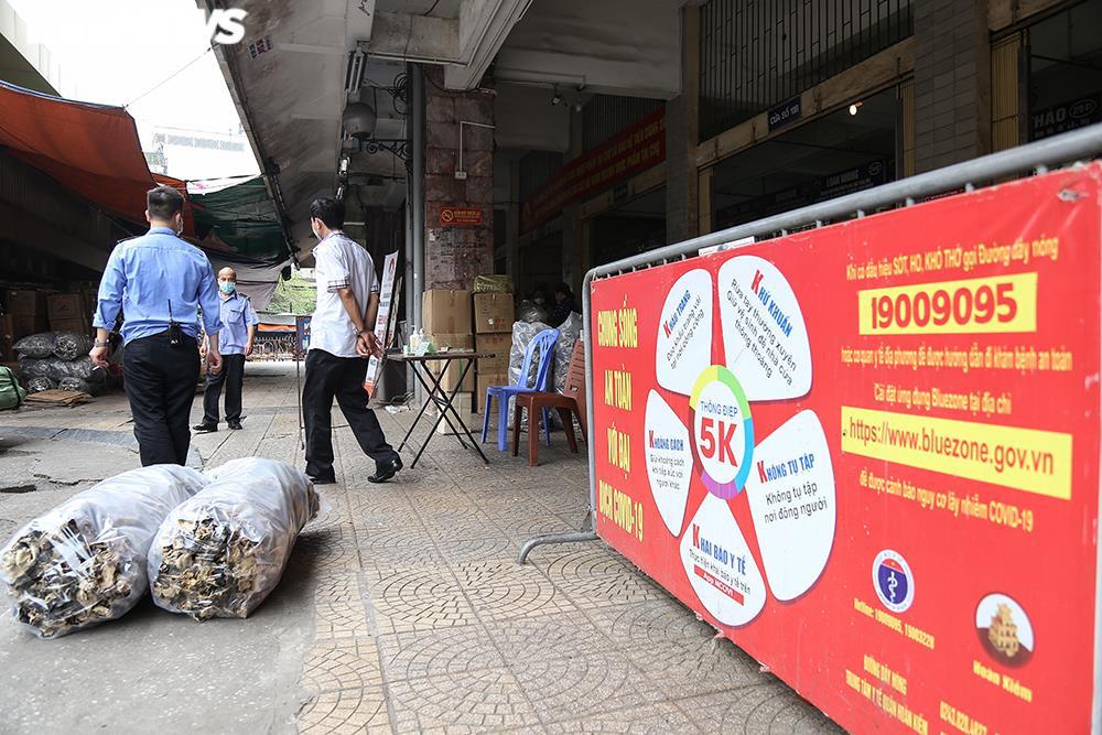 Ảnh: Chợ lớn nhất Hà Nội đìu hiu sau công điện khẩn chống dịch COVID-19 - 8