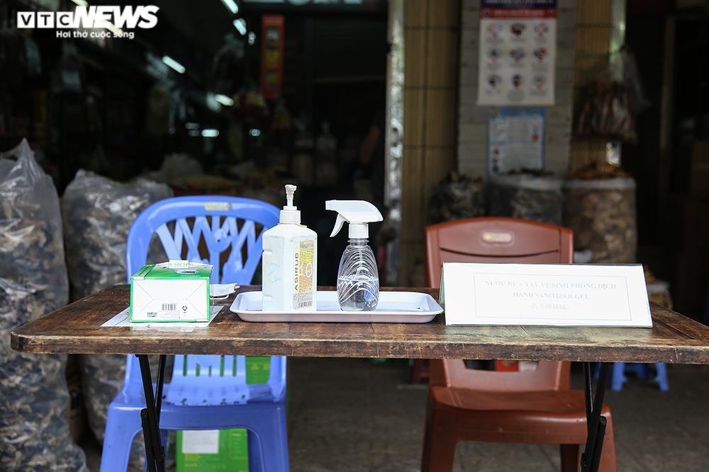 Ảnh: Chợ lớn nhất Hà Nội đìu hiu sau công điện khẩn chống dịch COVID-19 - 9