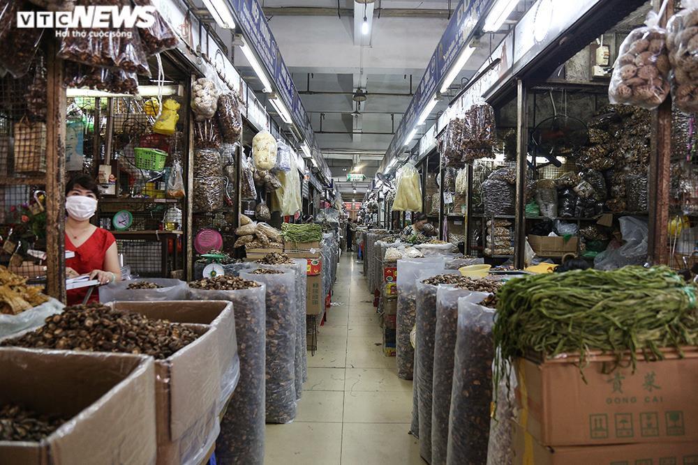 Ảnh: Chợ lớn nhất Hà Nội đìu hiu sau công điện khẩn chống dịch COVID-19 - 3