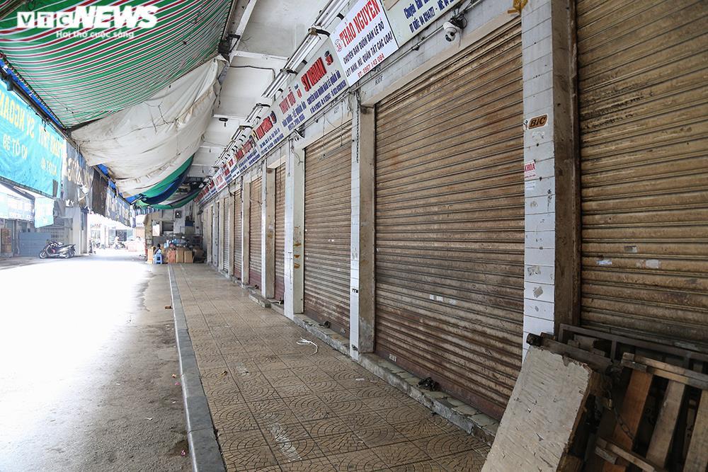 Ảnh: Chợ lớn nhất Hà Nội đìu hiu sau công điện khẩn chống dịch COVID-19 - 5