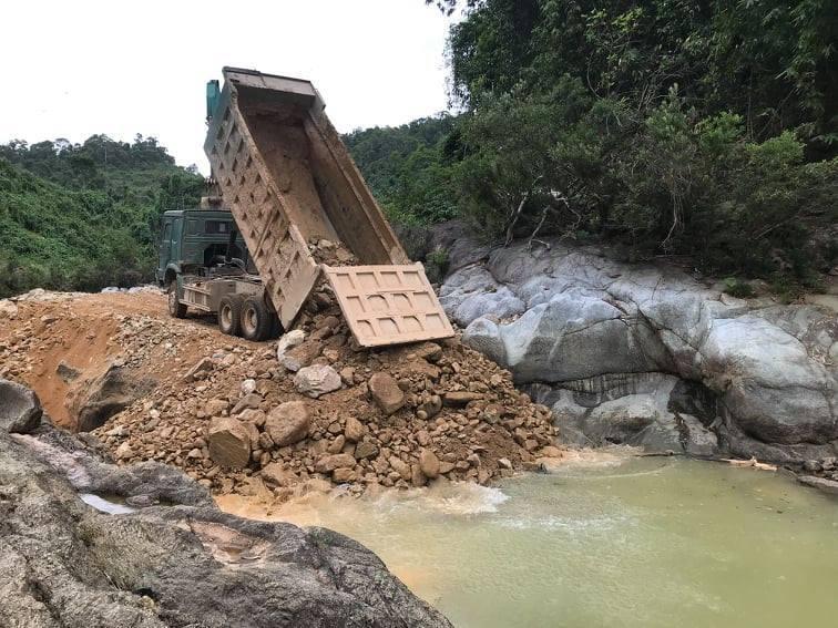 Tiếp tục lấp suối, làm đường tìm 11 công nhân còn mất tích ở Rào Trăng 3 - 1