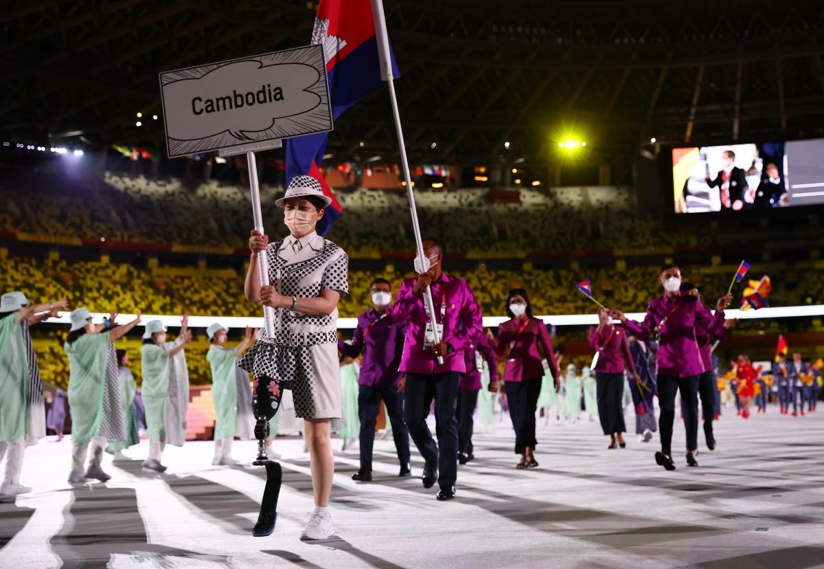 Đoàn thể thao Campuchia tiến vào lễ đài. (Ảnh: Reuters).