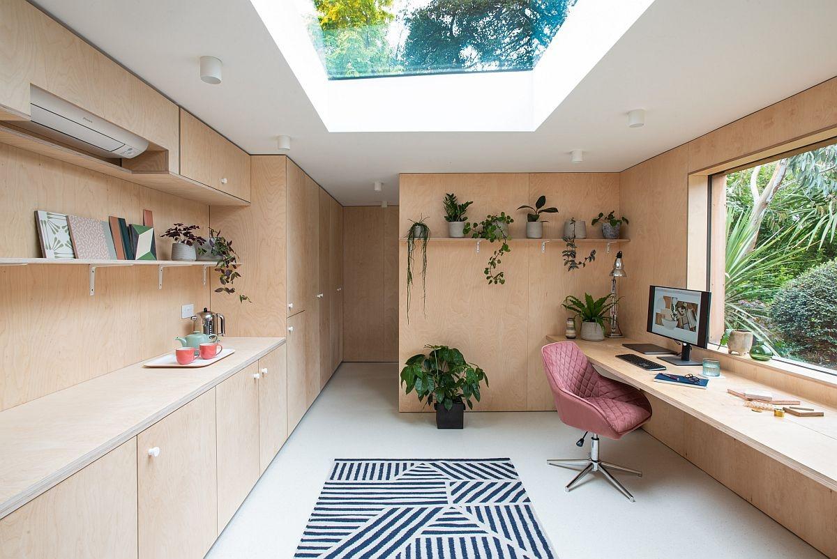 Cửa sổ lớn và giếng trời sẽ tiếp thêm một nguồn năng lượng thiên nhiên cho văn phòng đáng yêu tại gia này.