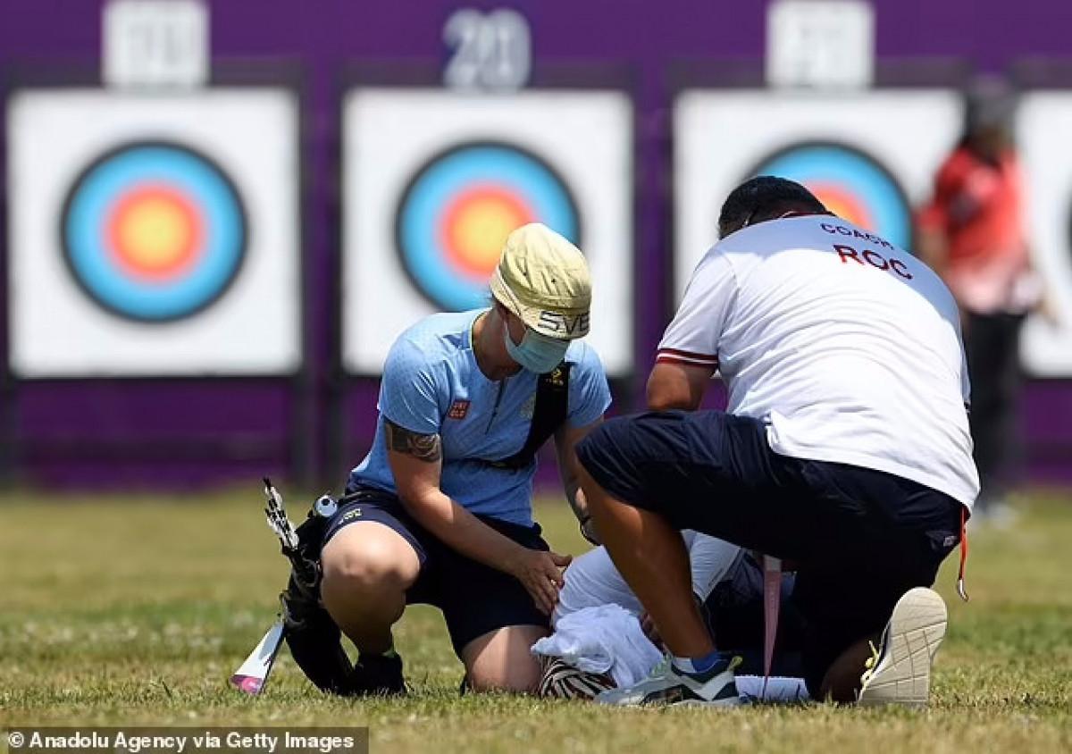 Nữ cung thủ Svetlana Gomboeva ngất xỉu trên sân đấu môn bắn cung. (Ảnh: Getty).