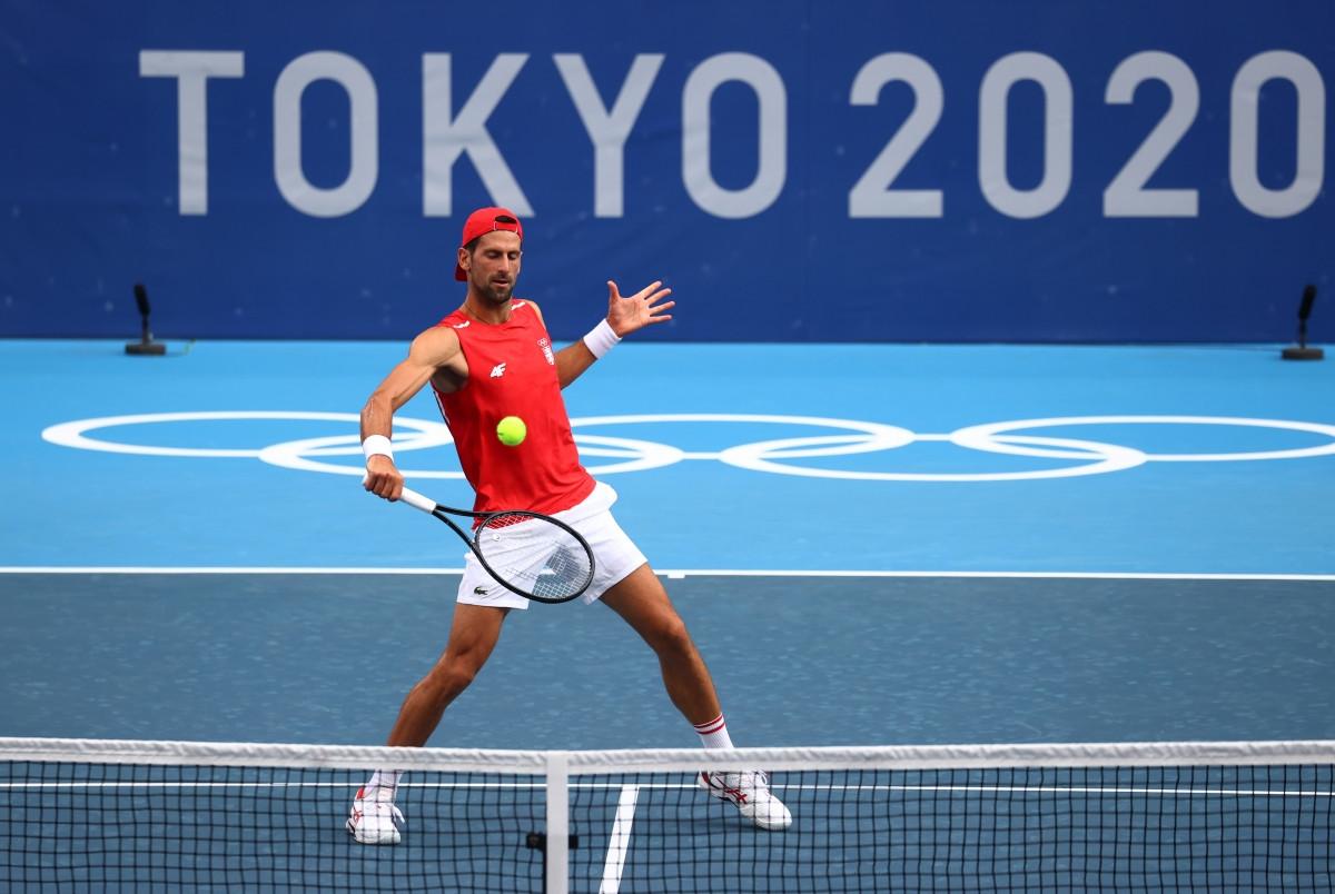 Djokovic trong buổi luyện tập làm quen sân thi đấu của Olympic Tokyo. (Ảnh: Reuters).