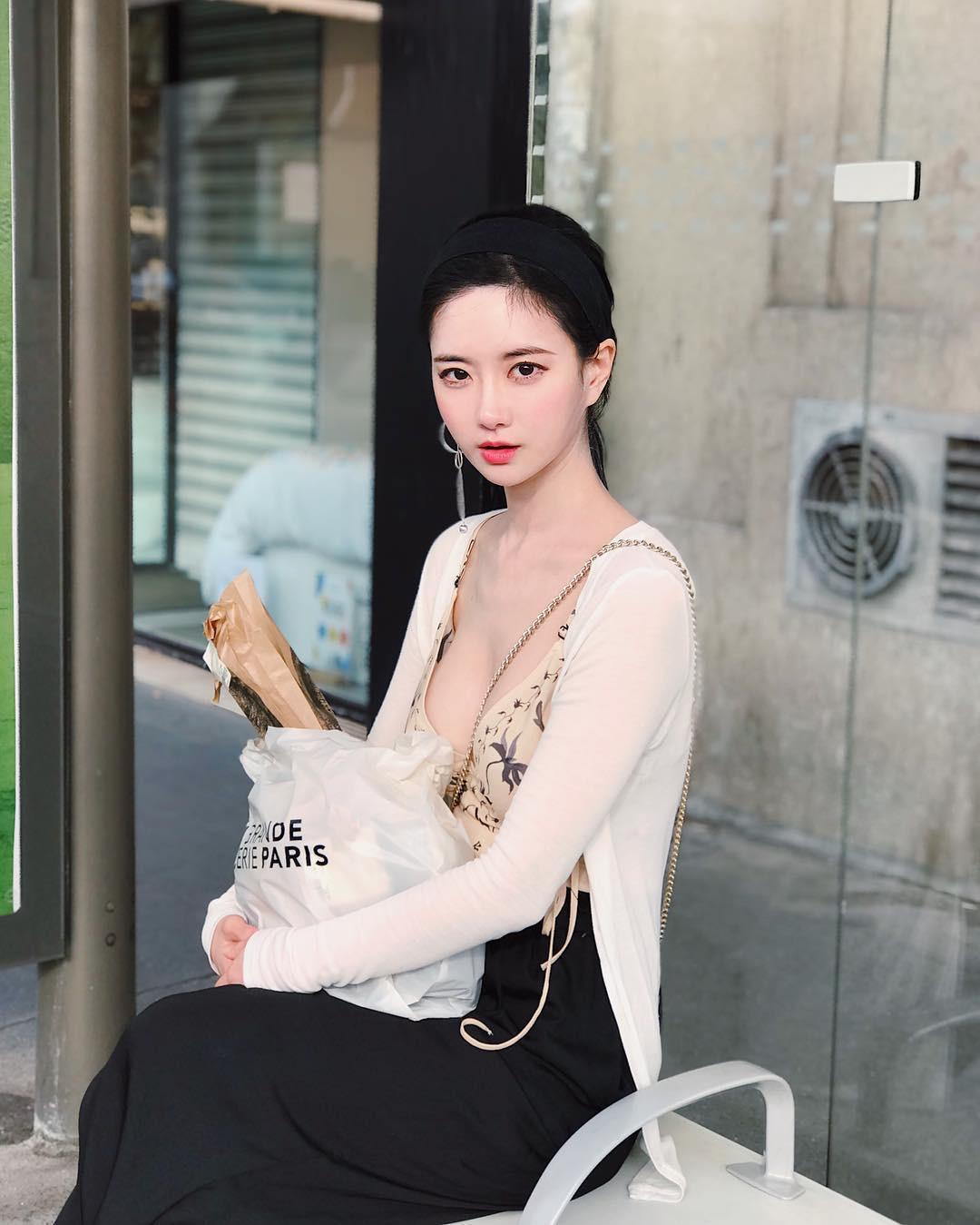 Các thiếu nữ xứ Hàn khéo hút ánh nhìn nơi công cộng nhờ nguyên tắc chỉ mặc hở 1 điểm - 1