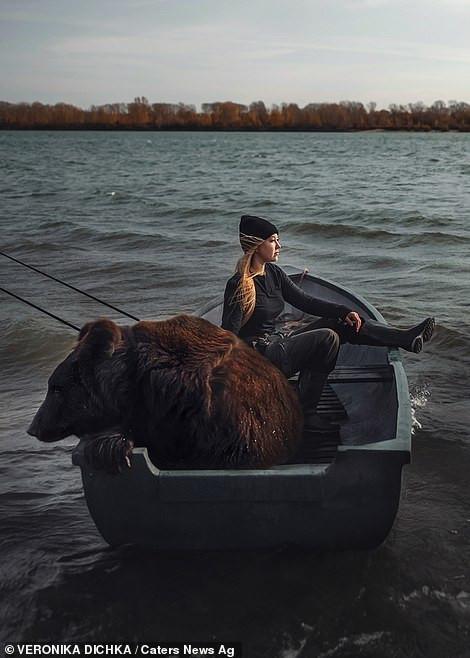 Cô gái giải cứu gấu khổng lồ rồi tự nhận chăm sóc thành thú cưng - Ảnh 2.