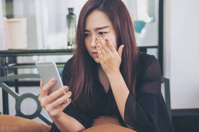 Sáng cuối tuần đang ngủ nướng, tôi giật mình nghe tiếng chuông điện thoại, đọc tin nhắn bố chồng gửi cho chồng mà cay mắt muốn khóc-1