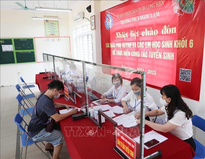 Trường THCS Ngọc Lâm (quận Long Biên) thay đổi hình thức tuyển sinh trực tiếp sang trực tuyến để phụ huynh có thể thực hiện tại nhà mọi thủ tục đăng ký nhập học cho con. (Nguồn: TTXVN)