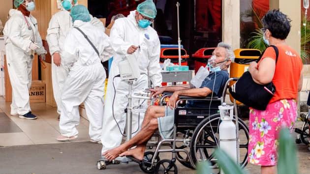 Covid-19 'tàn phá' Indonesia: Được đến bệnh viện là 'ước mơ', bình oxy quý hơn tiền bạc