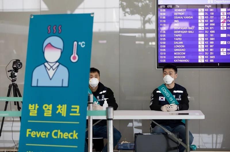 Hàn Quốc yêu cầu cách ly bắt buộc công dân nhiều nước dù đã tiêm vaccine ngừa Covid-19. Kiểm tra thân nhiệt tại sân bay quốc tế Incheon, Hàn Quốc. (Nguồn: Getty Images)