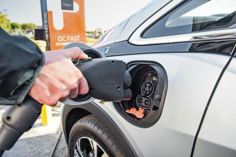 xe điện Bolt có nguy cơ cháy nổ khi sạc đầy hoặc sạc gần đầy dung lượng pin của xe