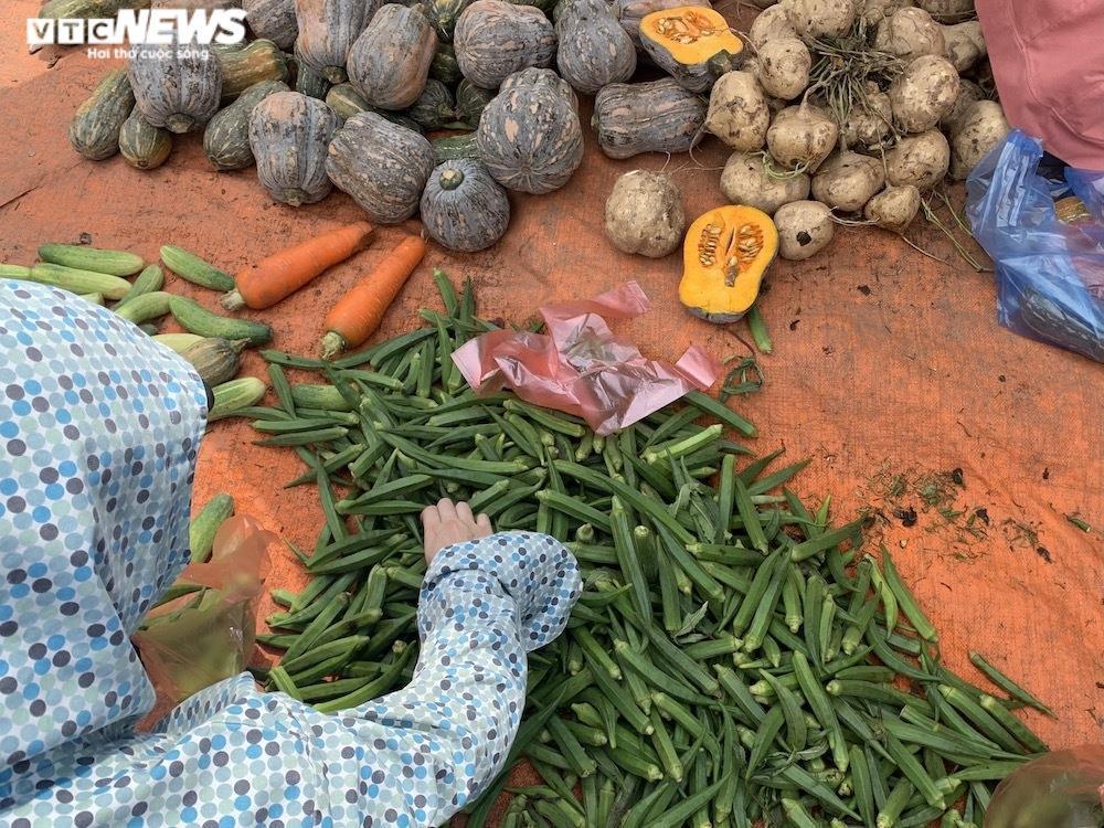 Nhiều chợ Hà Nội đông nghịt, hàng hóa dồi dào, giá ổn định - 2