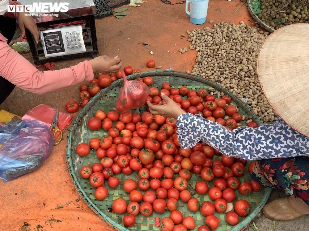 Nhiều chợ Hà Nội đông nghịt, hàng hóa dồi dào, giá ổn định - 3