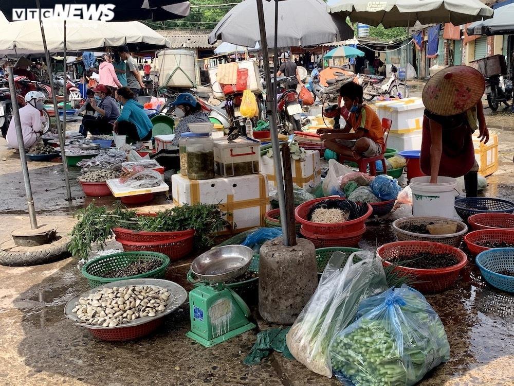 Nhiều chợ Hà Nội đông nghịt, hàng hóa dồi dào, giá ổn định - 12