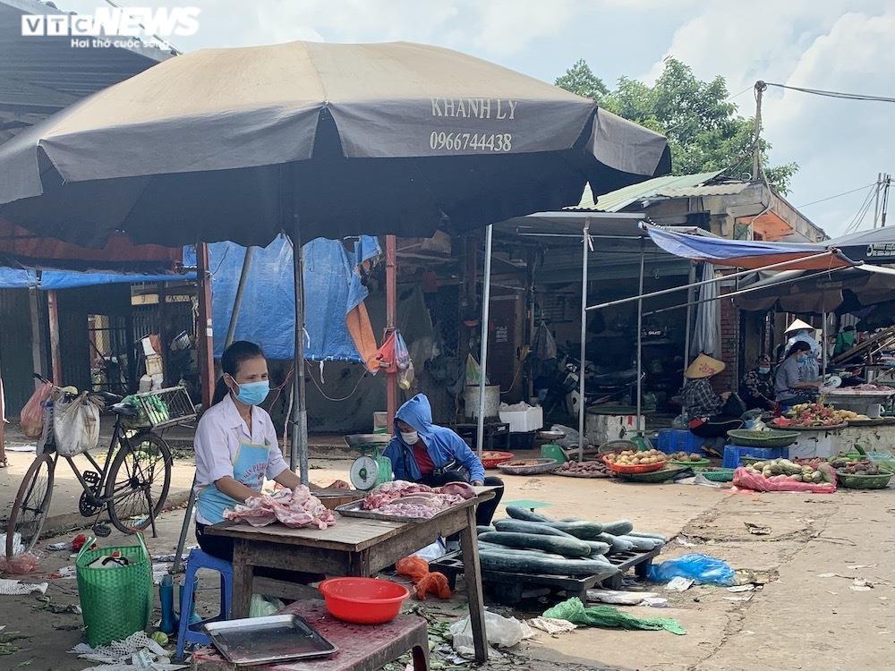 Nhiều chợ Hà Nội đông nghịt, hàng hóa dồi dào, giá ổn định - 6