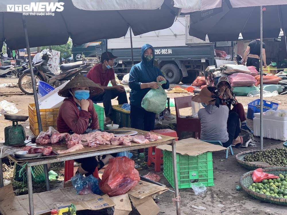 Nhiều chợ Hà Nội đông nghịt, hàng hóa dồi dào, giá ổn định - 13