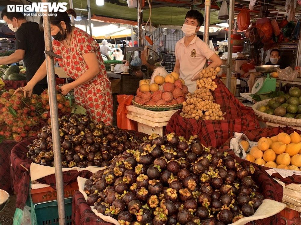 Nhiều chợ Hà Nội đông nghịt, hàng hóa dồi dào, giá ổn định - 11