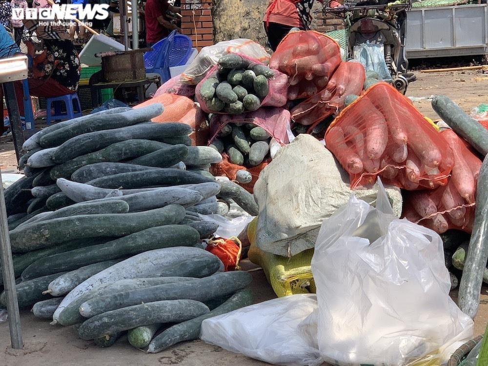 Nhiều chợ Hà Nội đông nghịt, hàng hóa dồi dào, giá ổn định - 5