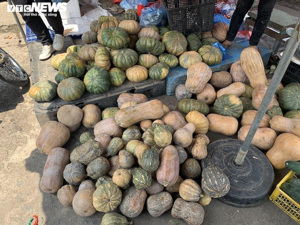 Nhiều chợ Hà Nội đông nghịt, hàng hóa dồi dào, giá ổn định - 4
