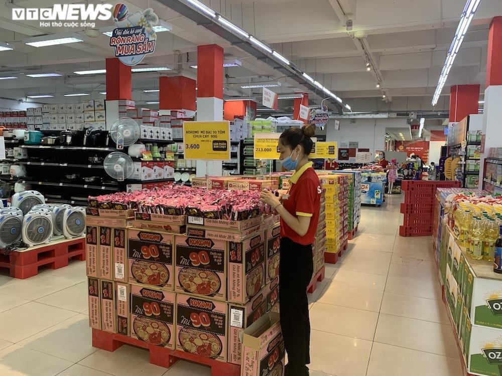 Ảnh: Rau xanh, thịt cá... đầy ắp siêu thị Hà Nội trong ngày đầu giãn cách xã hội - 6