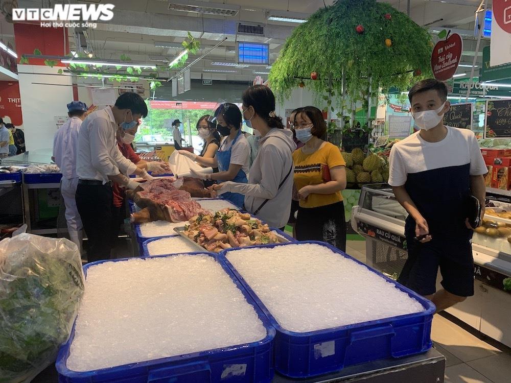 Ảnh: Rau xanh, thịt cá... đầy ắp siêu thị Hà Nội trong ngày đầu giãn cách xã hội - 3