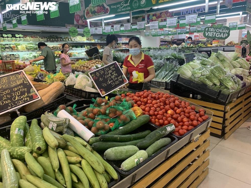 Ảnh: Rau xanh, thịt cá... đầy ắp siêu thị Hà Nội trong ngày đầu giãn cách xã hội - 1