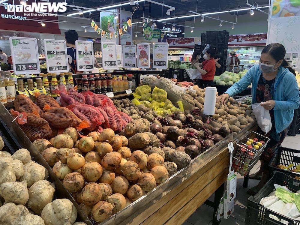Ảnh: Rau xanh, thịt cá... đầy ắp siêu thị Hà Nội trong ngày đầu giãn cách xã hội - 12