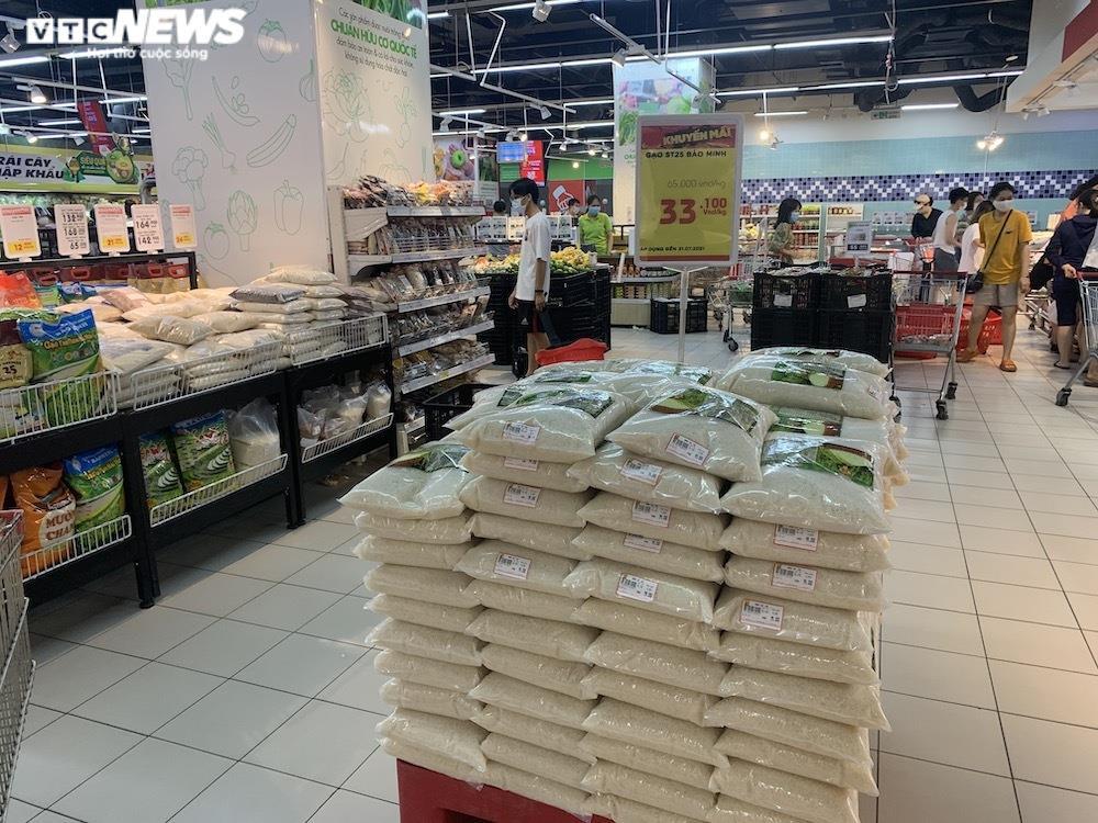 Ảnh: Rau xanh, thịt cá... đầy ắp siêu thị Hà Nội trong ngày đầu giãn cách xã hội - 11