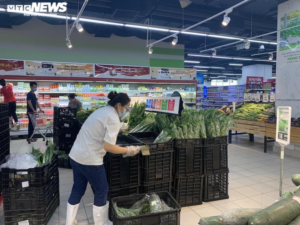 Ảnh: Rau xanh, thịt cá... đầy ắp siêu thị Hà Nội trong ngày đầu giãn cách xã hội - 7