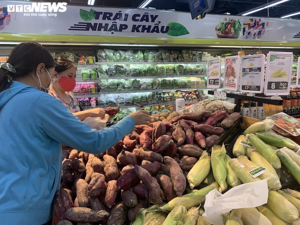 Ảnh: Rau xanh, thịt cá... đầy ắp siêu thị Hà Nội trong ngày đầu giãn cách xã hội - 8