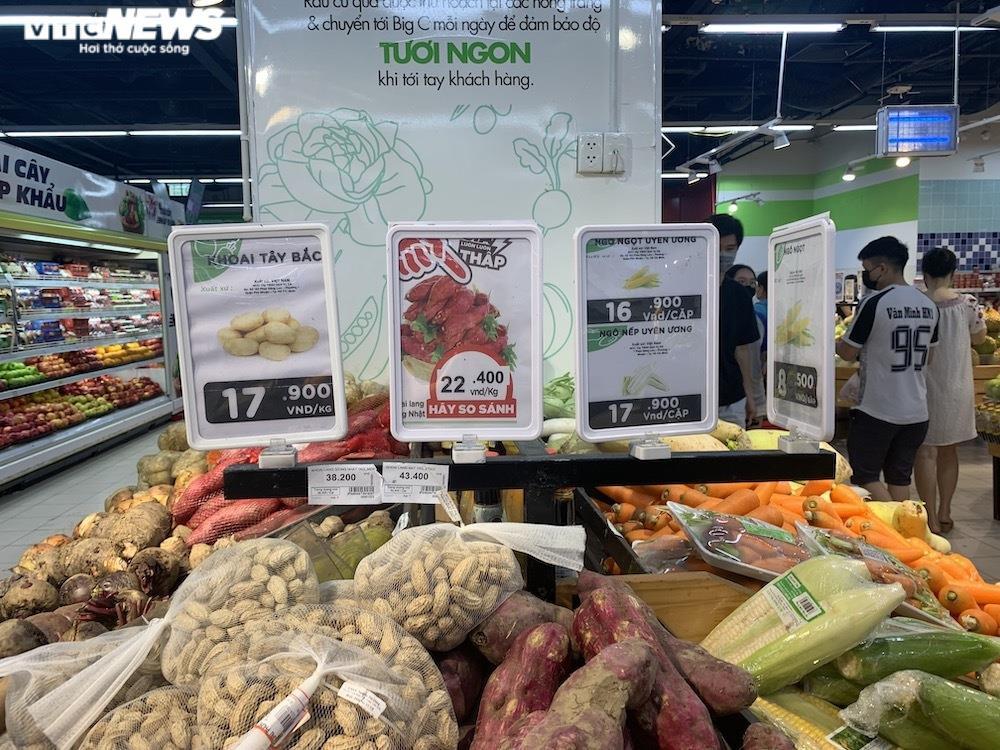Ảnh: Rau xanh, thịt cá... đầy ắp siêu thị Hà Nội trong ngày đầu giãn cách xã hội - 10
