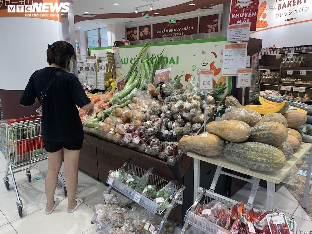 Ảnh: Rau xanh, thịt cá... đầy ắp siêu thị Hà Nội trong ngày đầu giãn cách xã hội - 14
